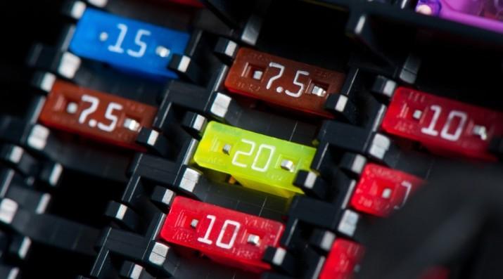 Jangan Bingung, Ini Ragam Bentuk dan Kode Warna Sekring Mobil